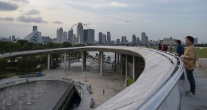 People gather on the roof of the Marina Barrage, which created a reservoir in the heart of the city. (Bloomberg photo: Wei Leng Tay)