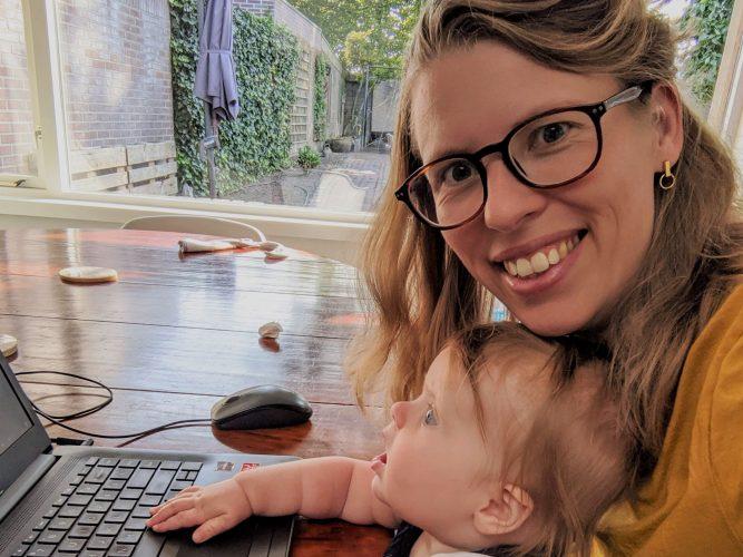Kind leren over geld persoonlijke financiën samen achter de laptop liggend