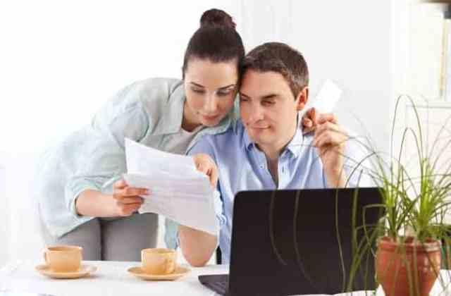 kobieta pokazuje mężczyźnie dokument
