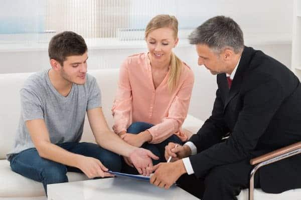 młode małżeństwo słucha porad w sprawie finansówe