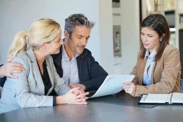 para czyta umowę pokazywaną przez kobietę