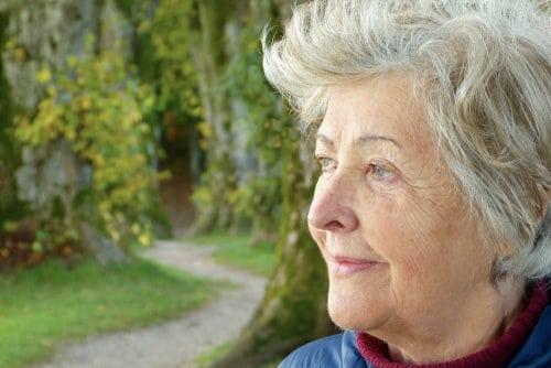 Starsza kobieta patrzy w bok