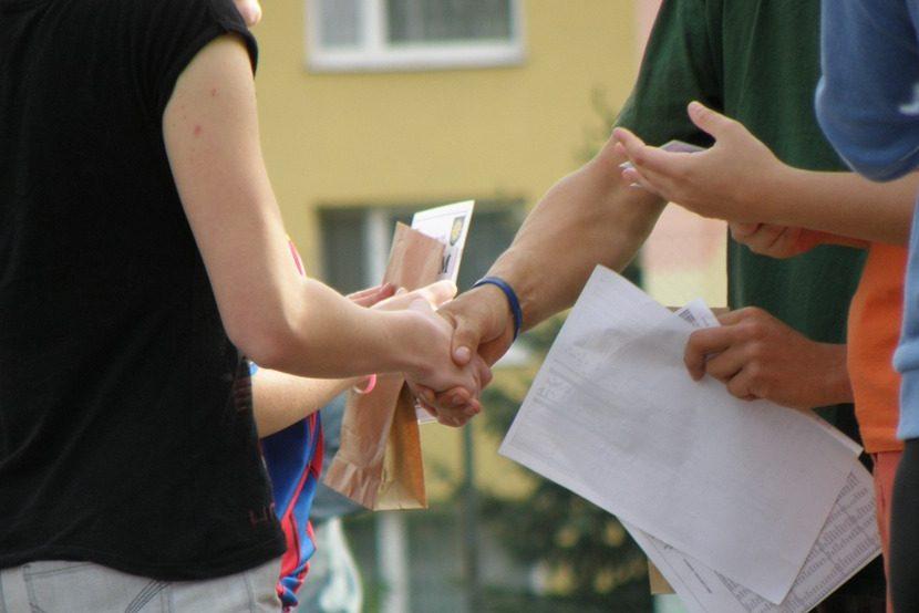 handshakes-930178_960_720