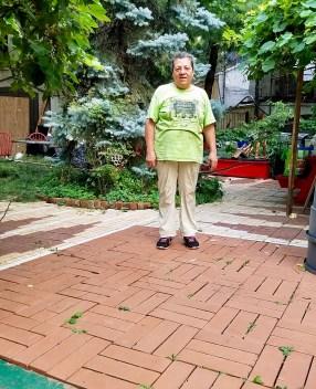 Maggie and her gardenm, and her brick work! Maggie y su jardín magíco y los ladrillos que puso!