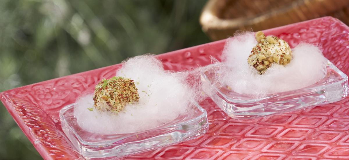 Taco de algodón de azúcar con queso fresco, pistachos, lima y polvo de chile medems catering