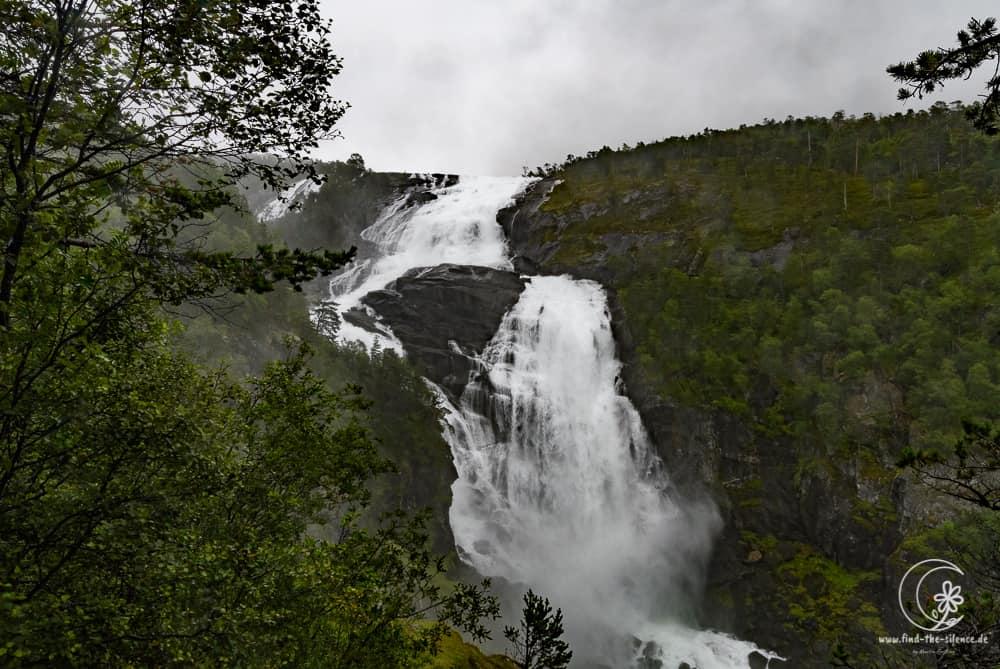 Einer der zahllosen Wasserfälle