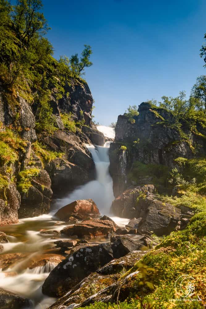 Ein kleiner Wasserfall weit oberhalb der Fjorde