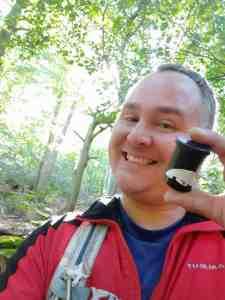 Der glückliche Cacher beim Geocaching im Harz