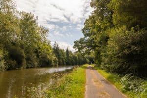 Einsam am Kanal entlang