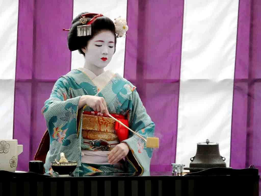 geiko-making-matcha-green-tea2