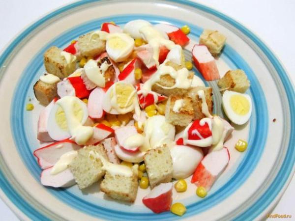 Салат из крабовых палочек с гренками рецепт с фото