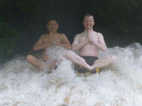 Vietnam mit Einheimischen Wasserfall