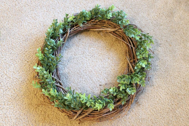 how to make a farmhouse boxwood wreath