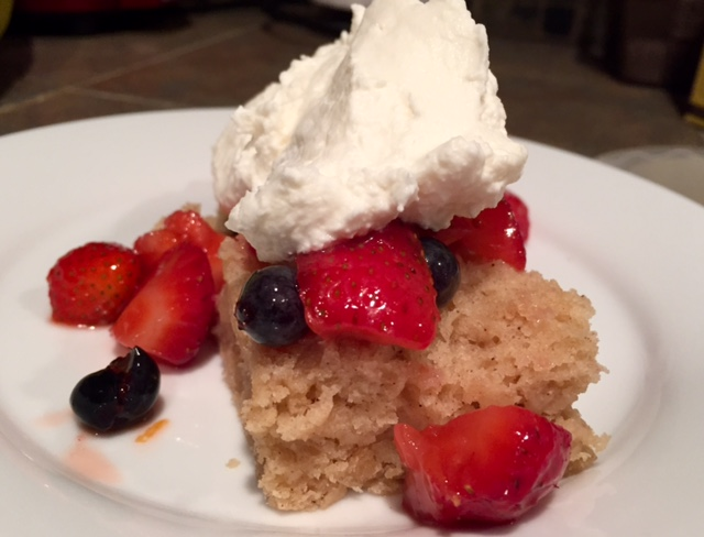 Desserts for summer parties - this strawberry shortcake for big groups is amazing