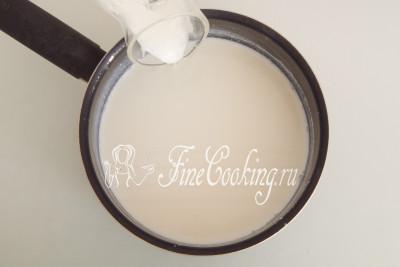 Затем переливаем разведенный йогурт в общий объем теплого молока