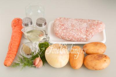 Для приготовления этого простого, вкусного и сытного блюда нам понадобятся следующие ингредиенты: картофель, мясной фарш, вода, репчатый лук, морковь, свежая зелень, чеснок, рафинированное растительное (у меня подсолнечное) масло, соль, лавровый лист, черный молотый перец, а также душистый перец-горошек