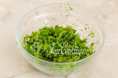 Перетираем все ложкой или прямо рукой, чтобы зелень пустила сок - так окрошка будет еще более ароматной