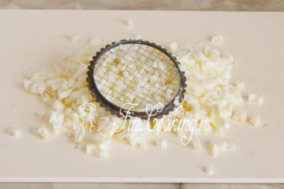 Вареный яичный белок измельчаем кубиком с помощью ножа или вот такого удобного приспособления