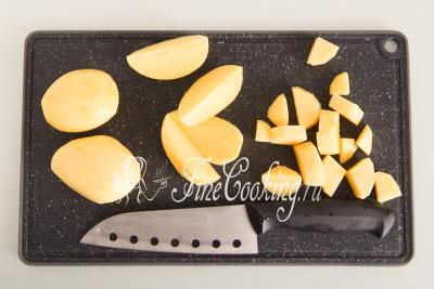 Тем временем моем, чистим и режем кусочками картофель