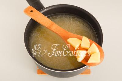 В кипящий бульон закладываем картофельные ломтики