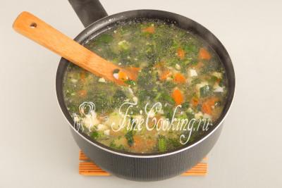 После закипания (когда закладывается очередной компонент, кипение временно прекращается) даем супу побулькать минуту-две и можно выключать огонь