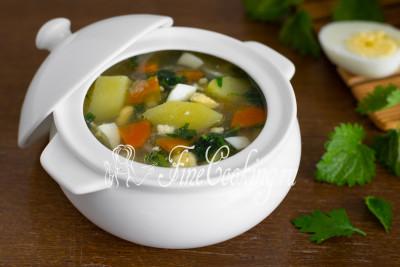 Овощной суп на курином бульоне с яйцами и крапивой получается очень вкусный и ароматный