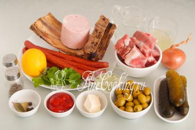 Для приготовления вкусного и сытного супа нам понадобятся следующие ингредиенты: вода, свинина, копчености, ветчина, соленые огурцы и огуречный рассол, сливочное и растительно масло, томатный соус или кетчуп, лавровый лист, душистый перец горошек, свежая петрушка, оливки, соль и молотый черный перец