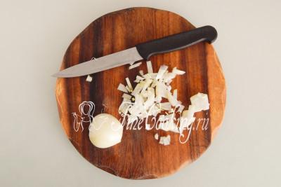 Тем временем быстро чистим и мелко режем крупную луковицу