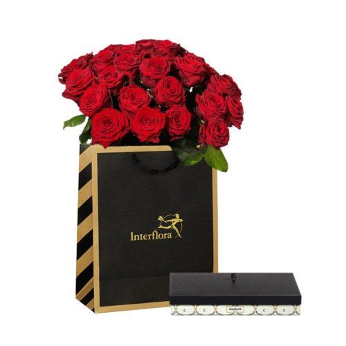 Stor bukett av röda rosor med chokladpraliner