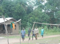 Contadini tornano al villaggio dalle campagne dopo la giornata di lavoro