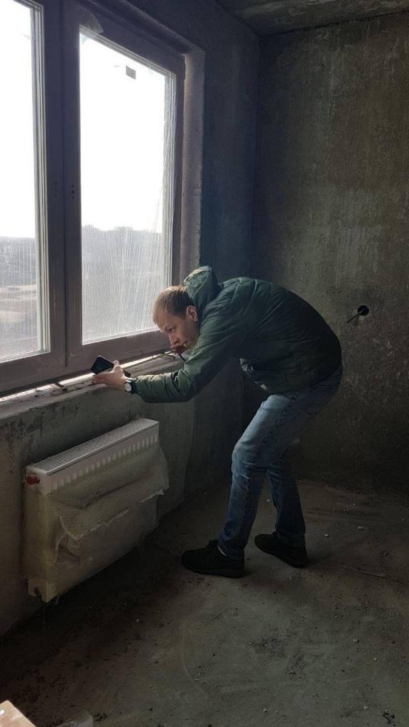 Жевжик Михаил на осмотре окон от застройщика в Гомеле
