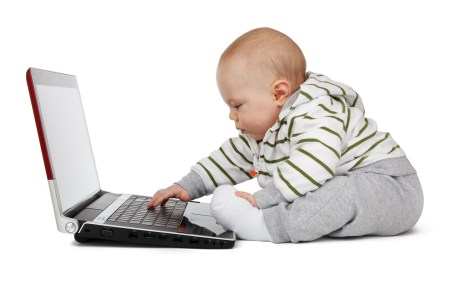 아기가 컴퓨터 타이핑 - 우연과 무작위