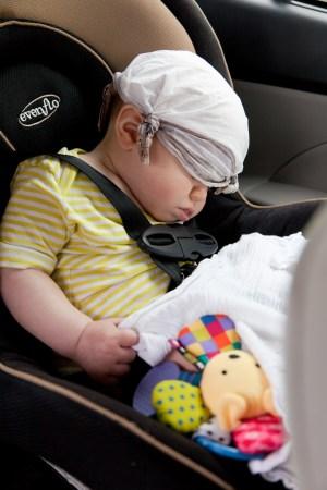 안전벨트에 묶여 있는 아기