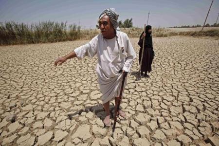가뭄으로 고통 받는 사람들 - 유프라테스 강