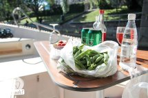 Picknick an Board des Låna-Boat