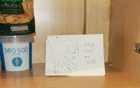 Mensaje de advertencia contra compañeros de piso gorrones
