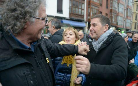 Cuando a PDRO SNCHZ se le cayó la bandera y el escudo en un tuit traducido al catalán