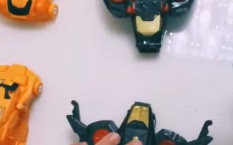 Curiosos robots que se transforman al juntar sus dos piezas