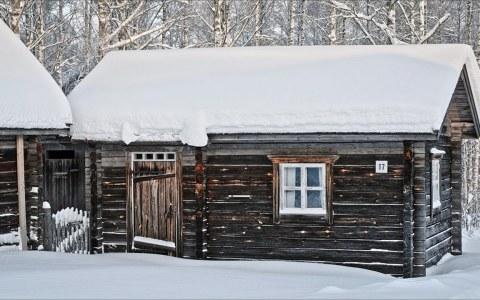 Construcción de una cabaña tradicional de madera en 1988, y su estado en 2019