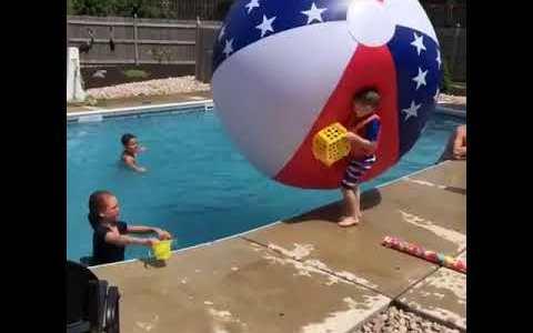 ¿El niño estaba intentando coger agua con un cubo lleno de agujeros?