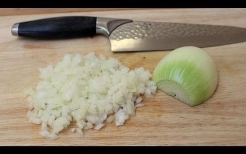 La forma correcta de picar una cebolla con la menor cantidad de cortes posibles