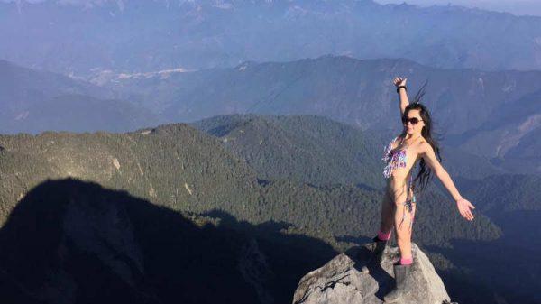 """Mujer conocida como """"la montañera del bikini"""" muere congelada al intentar escalar el pico más alto de Taiwán"""