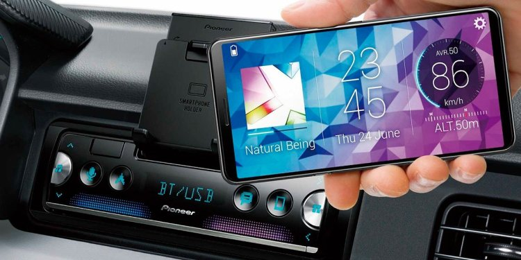 Una idea original para actualizar la radio de tu coche antiguo y dotarle de sistema info-entretenimiento: usar tu propio móvil