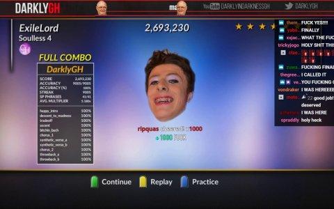 Se casca un 100% en el Guitar Hero y casi le da un infarto al conseguirlo