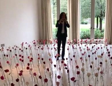 San Valentín nivel Karsashian: Llenar una habitación de rosas y traer a Kenny G para que toque el saxo en directo