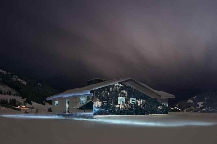 Casa con paredes de espejo se camufla entre los Alpes suizos