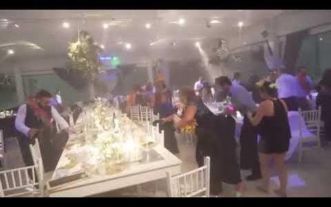 - Bueno pues ya ha llegado Lucía a la boda