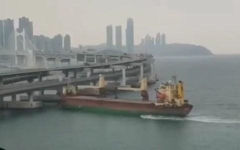 Capitán ruso borracho estampa un carguero contra un puente en Corea del Sur