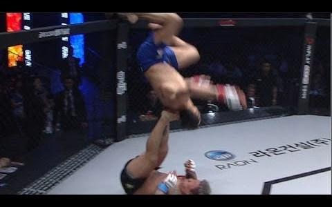Cuando empiezas viendo un combate de MMA y acabas viendo uno de la WWF