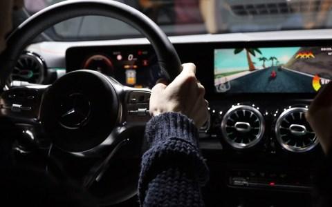 Los nuevos Mercedes traen juegos incorporados a los que puedes jugar usando el propio volante del coche